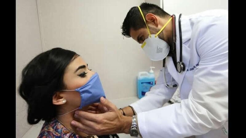 Una paciente recibe atención médica por un posible caso de enfermedad respiratoria