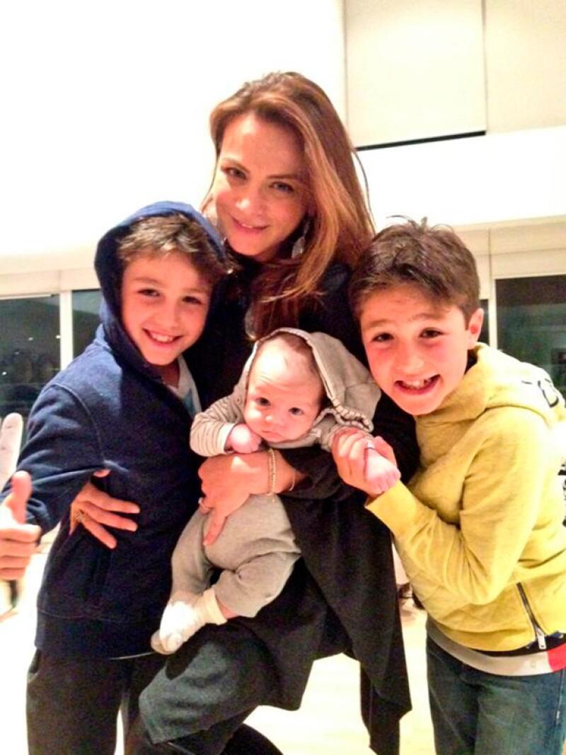 Los niños del elenco se mostraron encantados con León, quien heredo la belleza de su mamá.