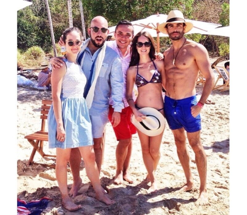 Camila posó con algunos de sus amigos, entre ellos, Ximena Sariñana, Paulo Orendain y Gonzalo García Vivanco.