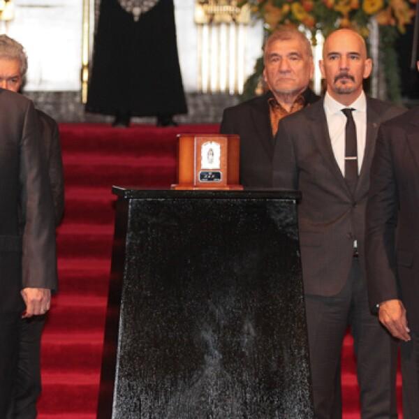 César Duarte Jáquez, gobernador de Chihuahua y el gobernador de Michoacán, Silvano Aureoles Conejo montaron guardia de honor ante las cenizas del cantautor Juan Gabriel.