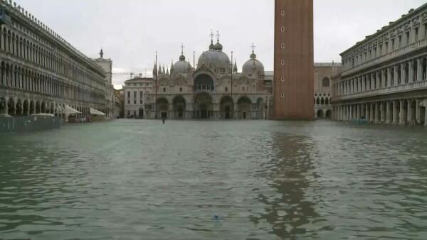 La plaza de San Marcos en Venecia es cerrada por una nueva inundación