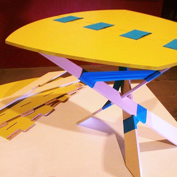 7.Trip es una mesa que consta de tres patas y dos piezas unidas con tela que forman la cubierta. El ensamble se logra por medio de amarres con cintas y ranuras, sin utilizar herrajes y adhesivos, esto hace más fácil su instalación y transporte. Diseño: U