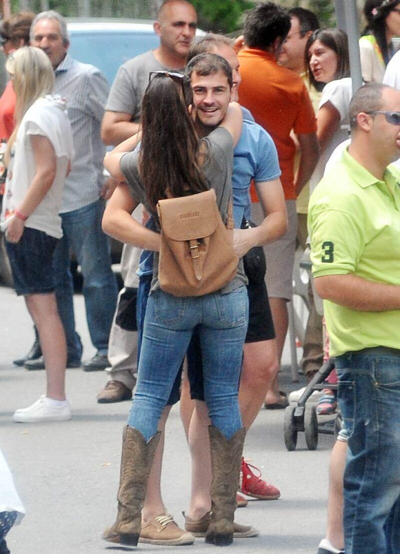 Sin importarle las miradas de los paparazzi, Iker continúo con su romántico momento al lado de Sara.