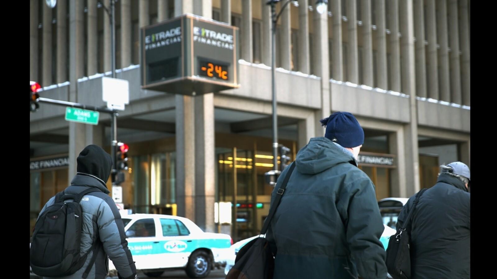 viajeros caminan en temperaturas bajo cero