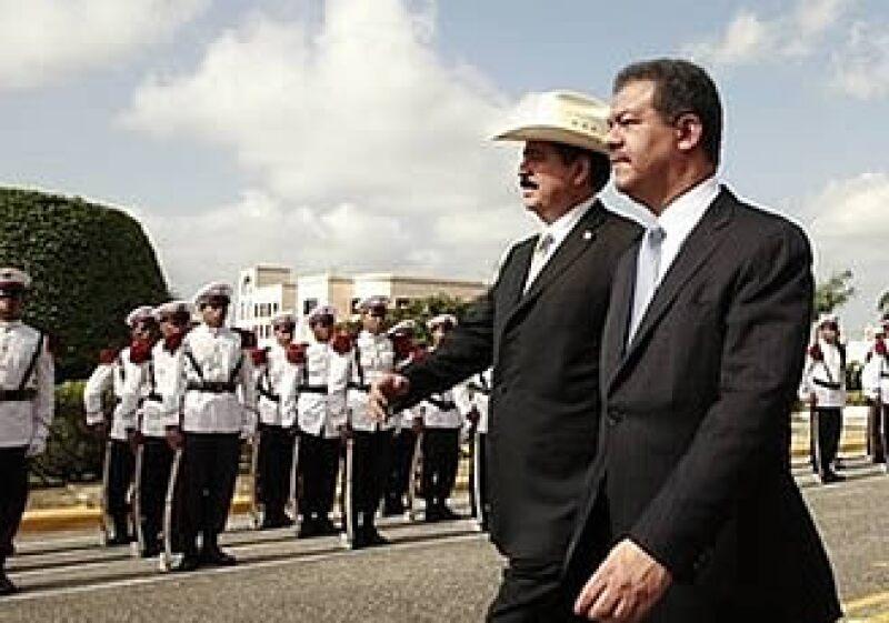 Manuel Zelaya (izq) se entrevistó con el presidente de República Dominicana, Leonel Fernández. (Foto: AP)