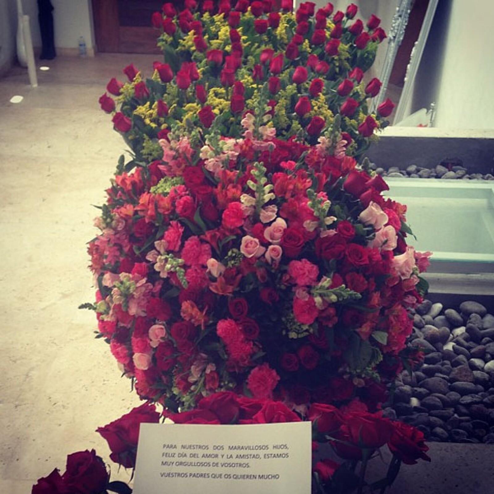 Los padres de Belinda le enviaron un hermoso arreglo floral que compartió con su hermano Ignacio.