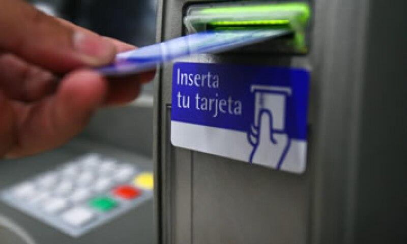 El uso de cajeros, la banca móvil, la falta de información y de acceso son de los puntos señalados. (Foto: Cuartoscuro)