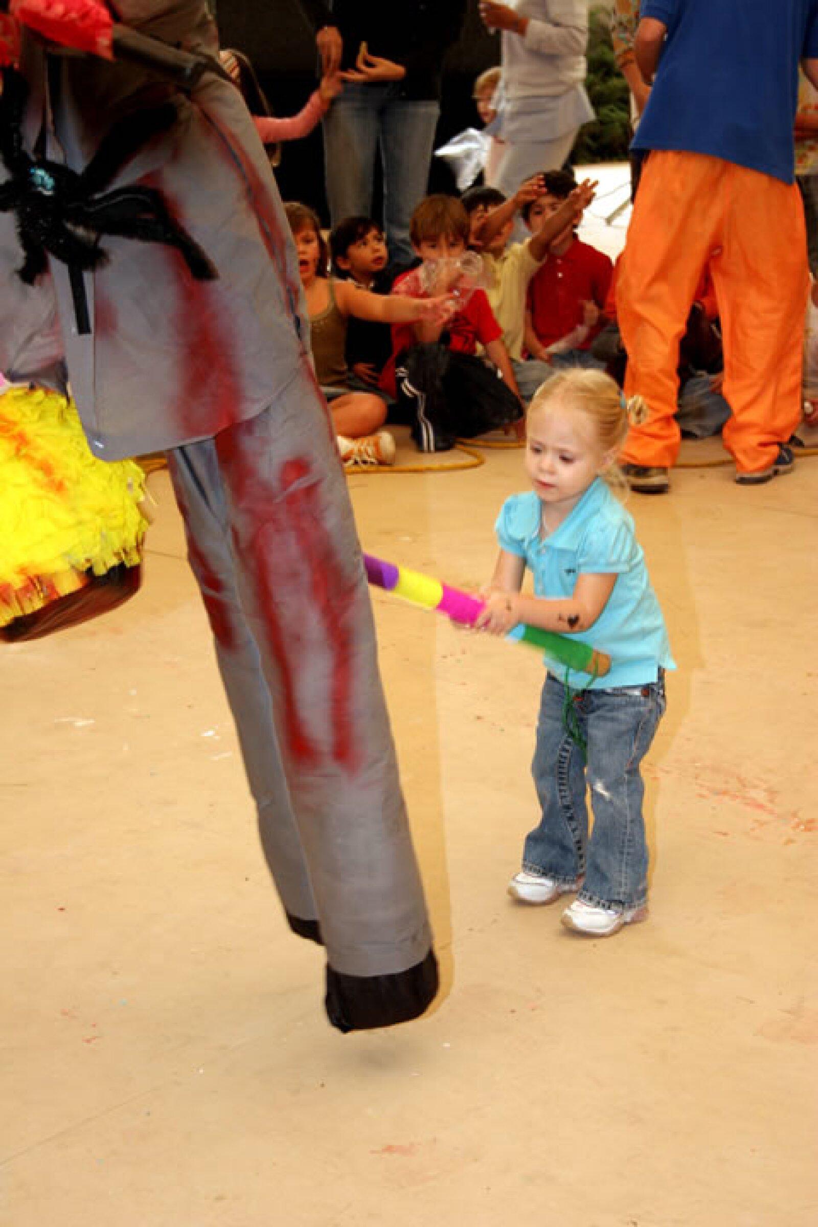 Loreto pegándole a la piñata.