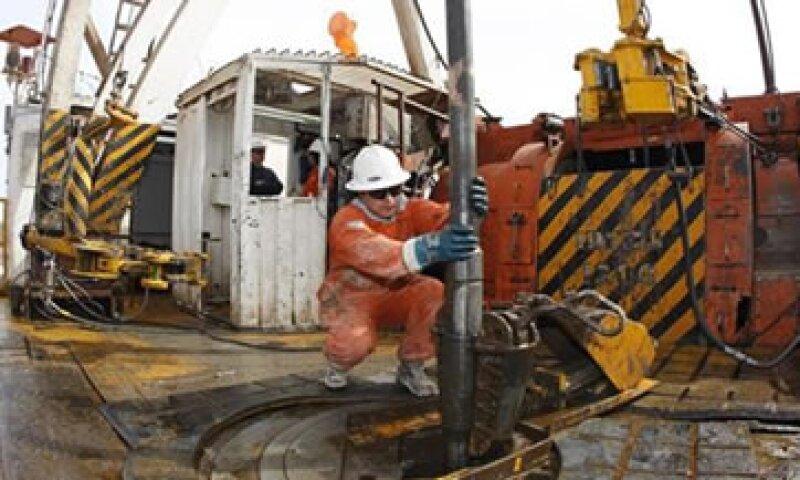 El Gobierno de Argentina quiere que la petrolera YPF aumente sus inversiones y eleve su producción para reducir las importaciones de energía. (Foto: Reuters)