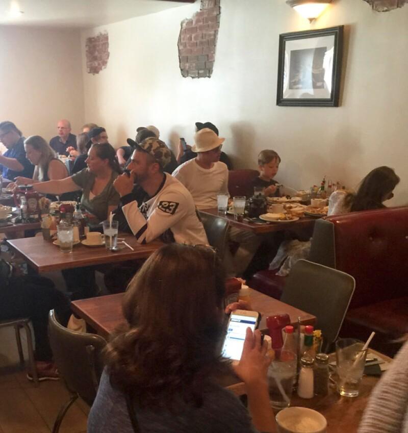 Los actores festejaron los ocho años de sus gemelos con un sencillo festejo en un restaurante de West Hollywood, donde se comportaron como una familia más frente al resto de los comensales.