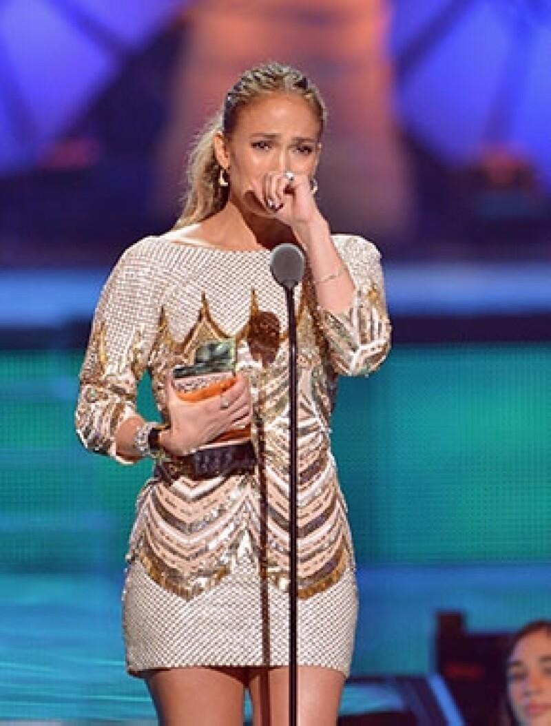 Al subir a recoger un reconocimiento a su trayectoria en los Premios Juventud, el recibimiento y los aplausos del público la llevaron hasta las lágrimas.
