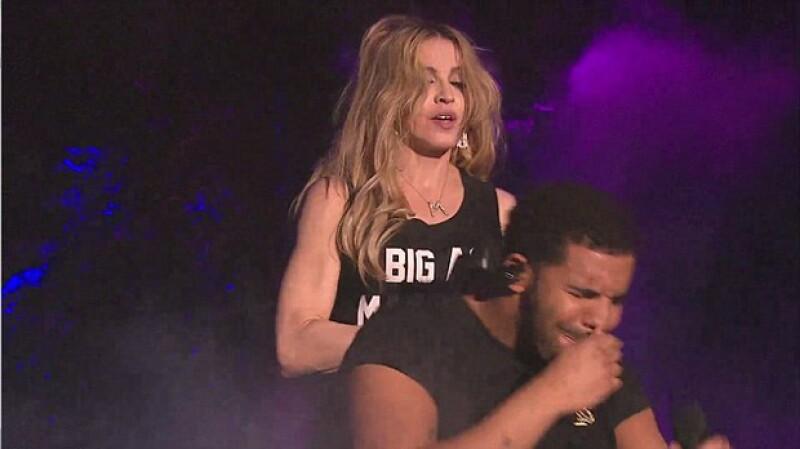 La cantante siguió cantando sin darse cuenta de la expresión de horror del ex de Rihanna.