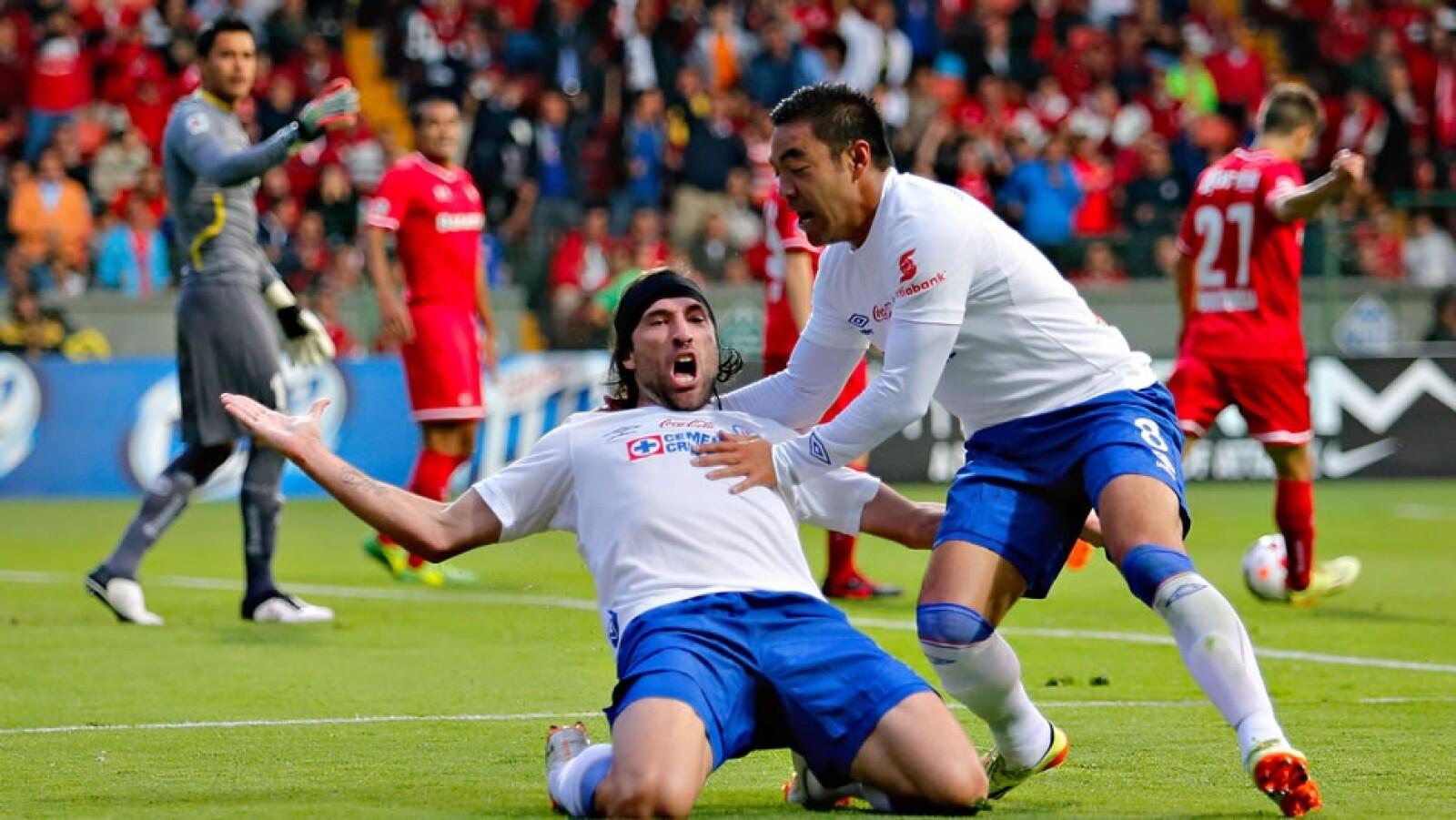 Mariano Pavone celebra el primer gol del encuentro con Marco Fabián
