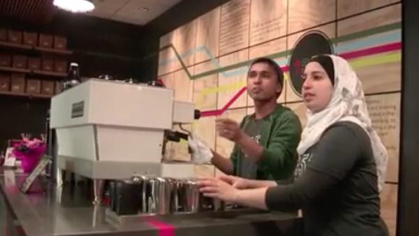 Una cafetería con una decena de empleados refugiados en EU