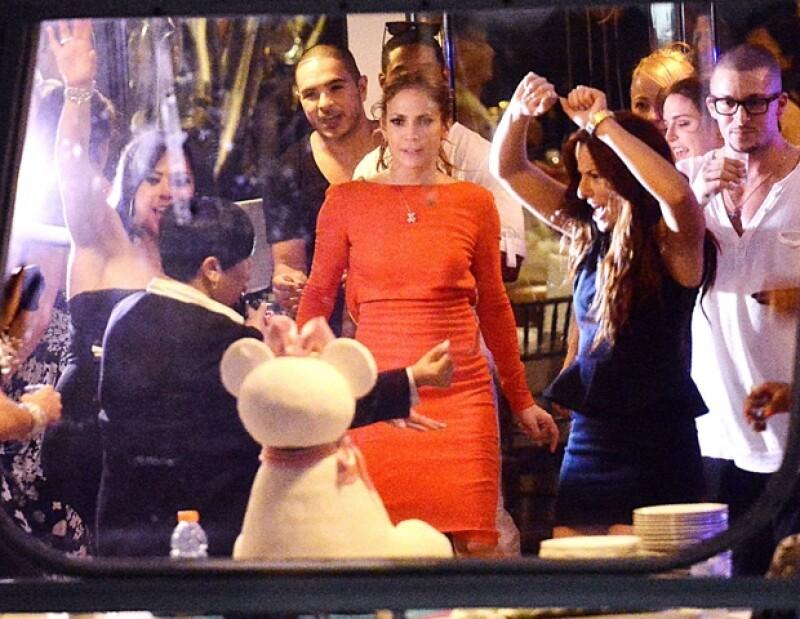 La cantante, de 43 años, celebró en un yate acompañada de su novio y amigos.