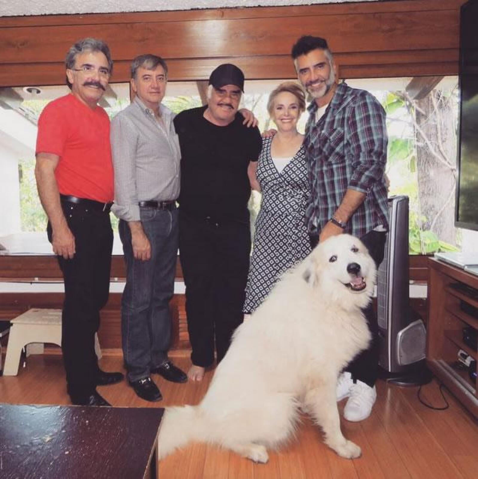 Alejandro Fernández disfrutando a su familia muy contento.