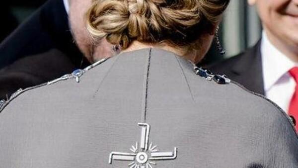 Hace algunos meses, la reina de Holanda utilizó una prenda que fue aclamada por su originalidad. Hoy, en Alemania, no tuvo tanta suerte.