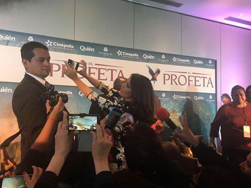 Salma se mostró complaciente y se tomó una selfie con la prensa.