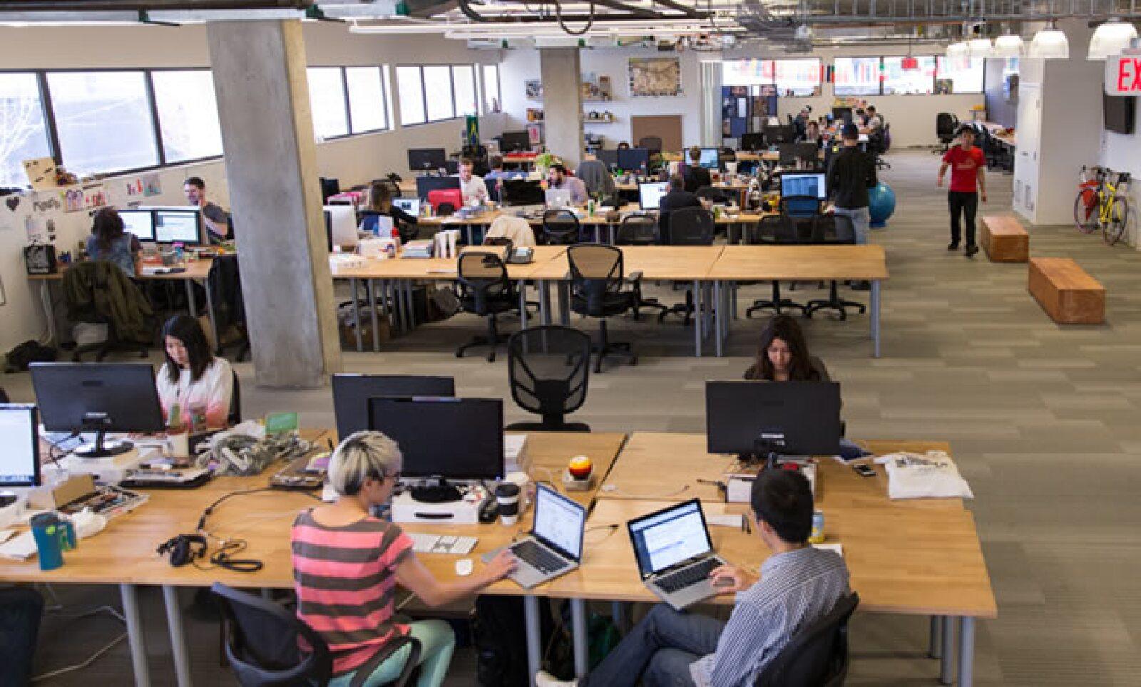 Como muchas otras startups Hootsuite opta por espacios de oficina abiertos. La diferencia es que la madera es visible en cada parte de la oficina