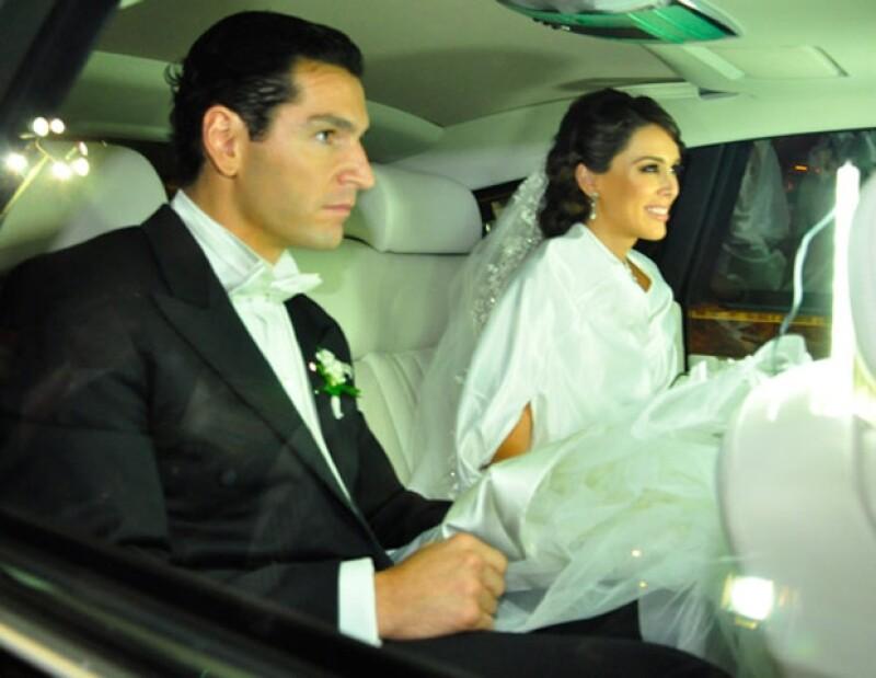 La novia llegó a la iglesia en un Rolls-Royce y luciendo un hermoso vestido blanco de Manuel Mota diseñado especialmente para 'Pronovias&#39.