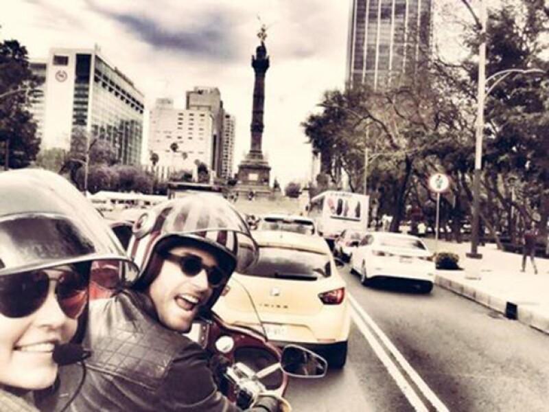 """La pareja aprovechó un descanso de las grabaciones de la telenovela """"Tres Veces Ana, tan iguales, tan distintas"""", para dar un paseo en moto por el Centro Histórico."""