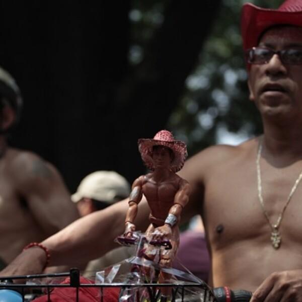 dos hombres semidesnudos en el paseo ciclista