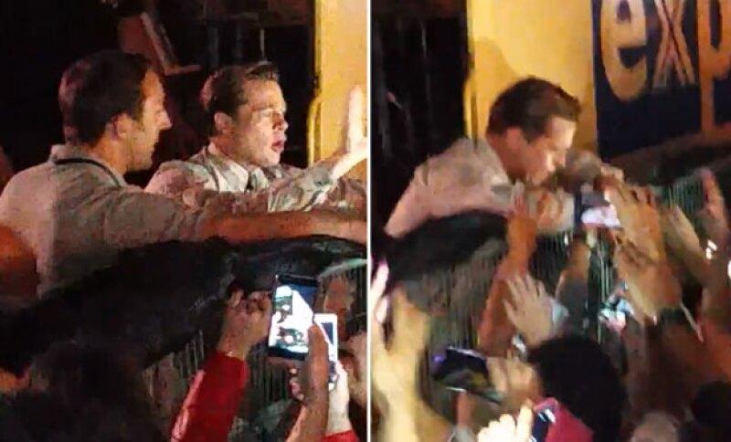 Al salir a saludar a sus fans, Brad notó que una niña estaba en peligro y rápidamente fue a ayudarla.