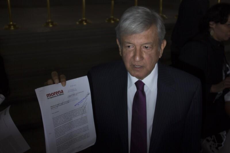 AMLO al momento de entregar una carta al presidente de la Corte de Justicia respecto a la consulta popular energetica.
