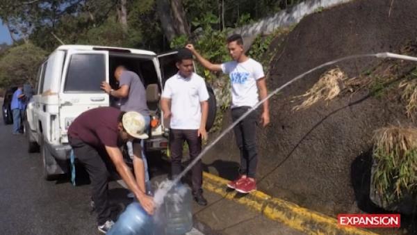 El estricto racionamiento obliga a venezolanos a buscar agua de manantial