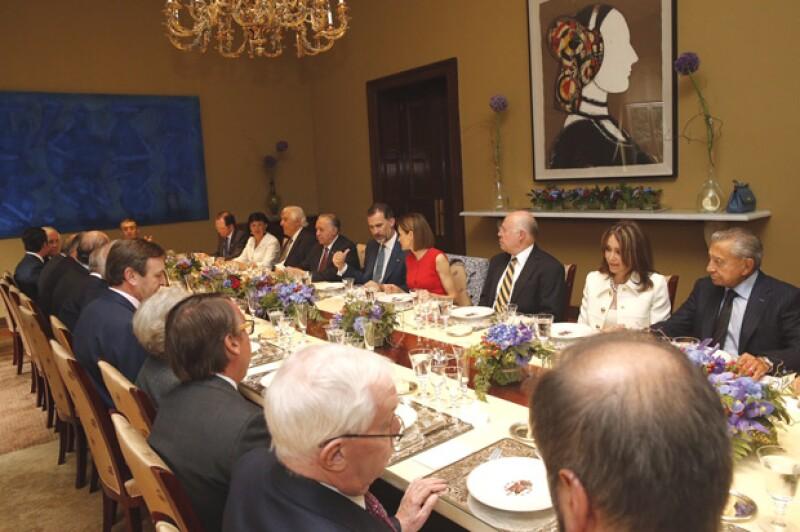Don Felipe y Doña letizia durante el almuerzo en la Embajada española en México.
