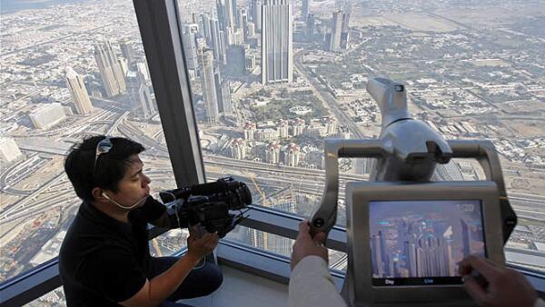 La torre tiene un mirador en el piso 124 donde se observa toda la ciudad de Dubái,  hay cámaras, pantallas que permiten una mejor visualización.