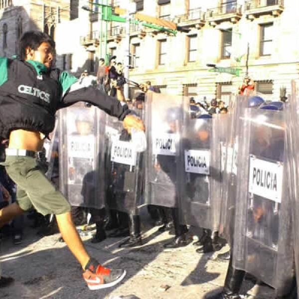 Jóvenes autodenominados 'anarquistas' se enfrentaron con los granaderos que impedían la entrada al Centro Histórico en el Eje Central Lázaro Cárdenas y en la explanada del Palacio de Bellas Artes durante la marcha conmemorativa de 1968.