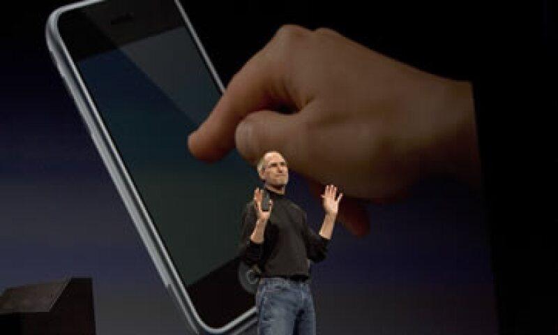 Steve Jobs presentó el 9 de enero de 2007 el primer iPhone de la historia. (Foto: Getty Images)