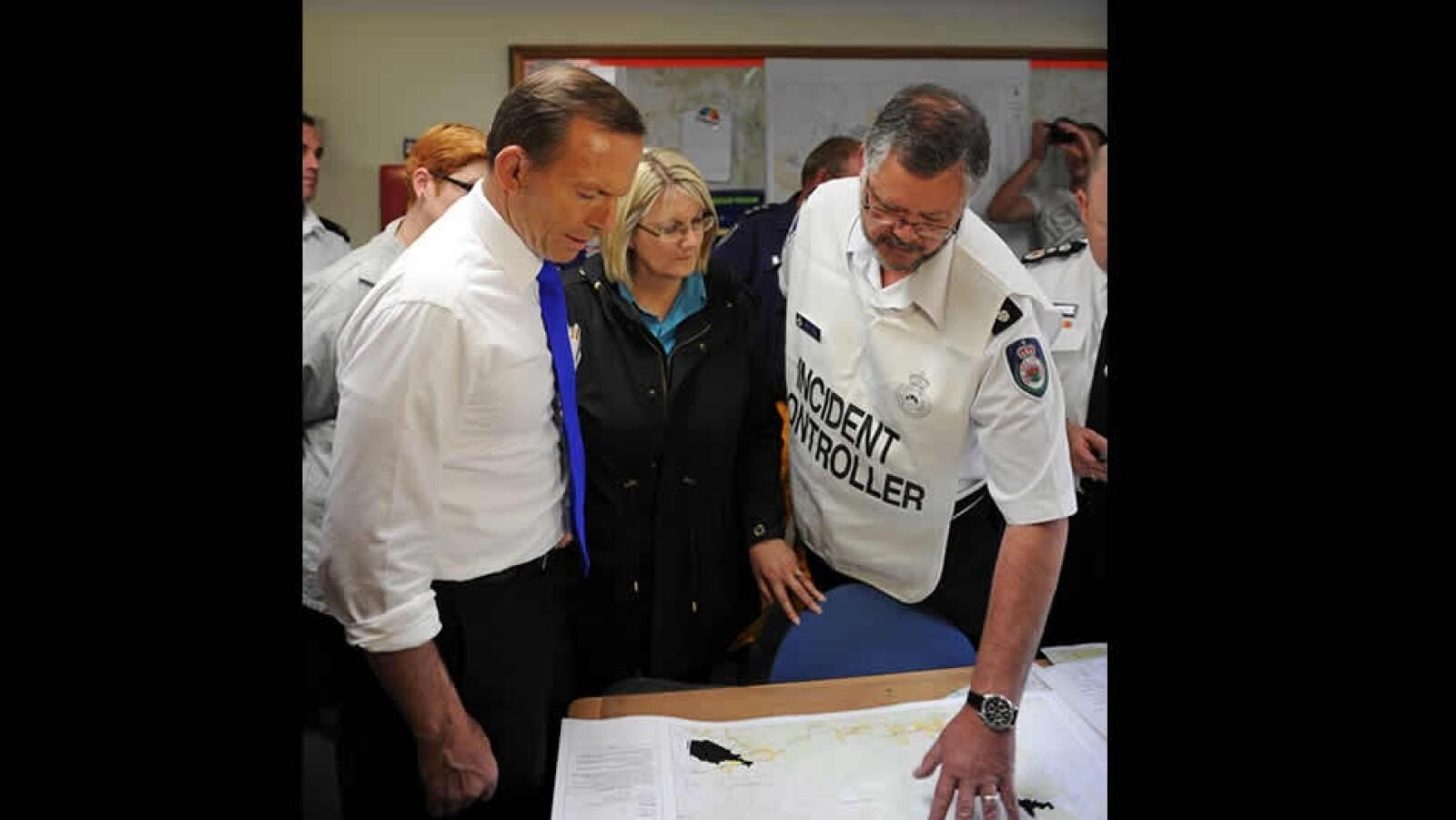 primer ministro tony abbott inspecciona combate a incendios