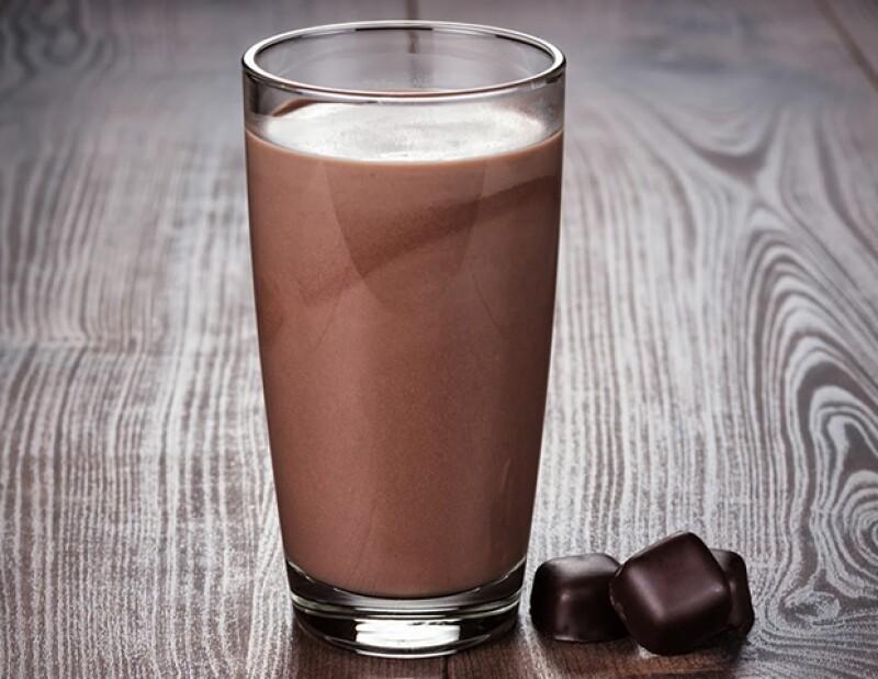Lo más importante es la cantidad de proteínas y carbohidratos que la leche con chocolate tiene.