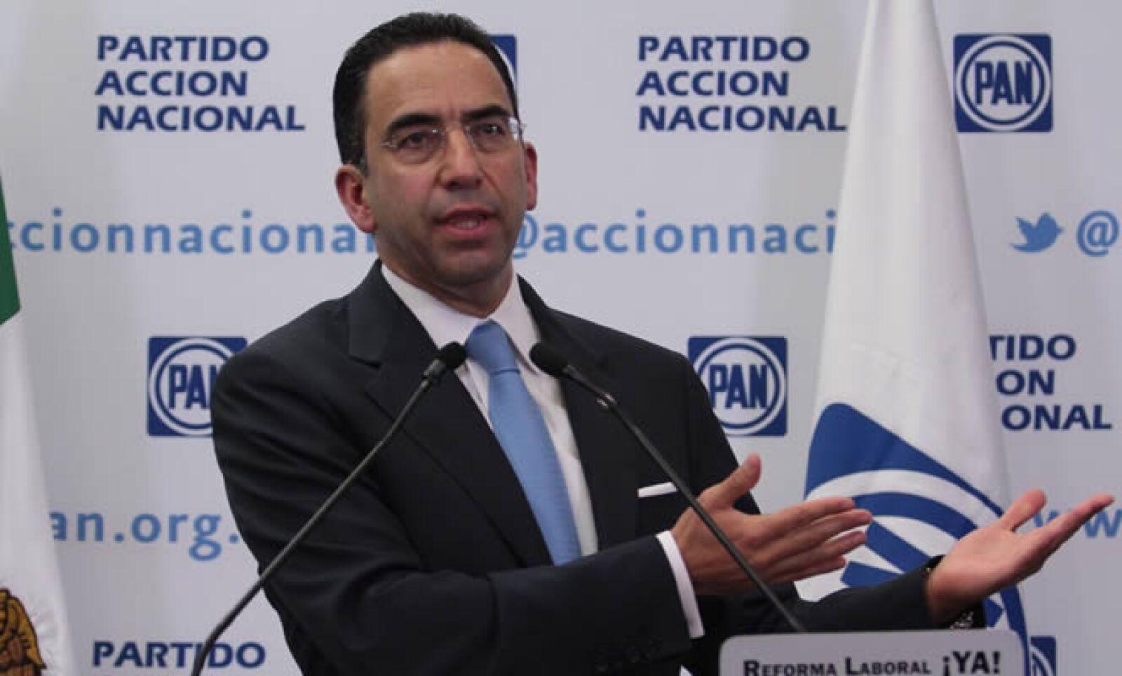 Cargo anterior: secretario del Trabajo y Previsión Social con Calderón. Actividad actual: el abogado  es miembro de la red de voceros del CEN del PAN y  candidato al Senado por Puebla.