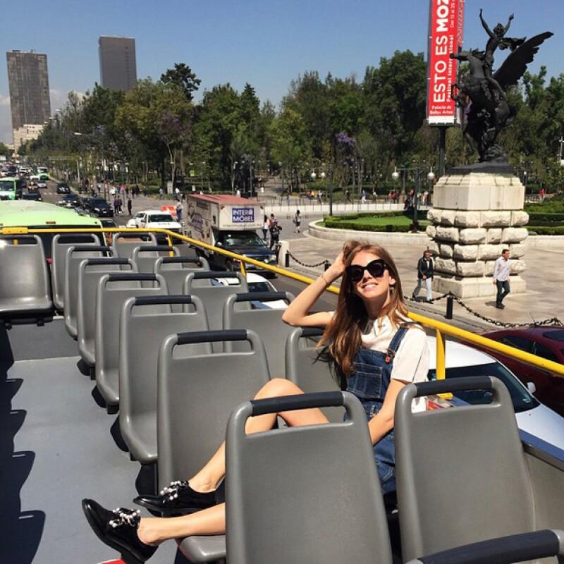Chiara disfrutando del turibús frente a Bellas Artes.