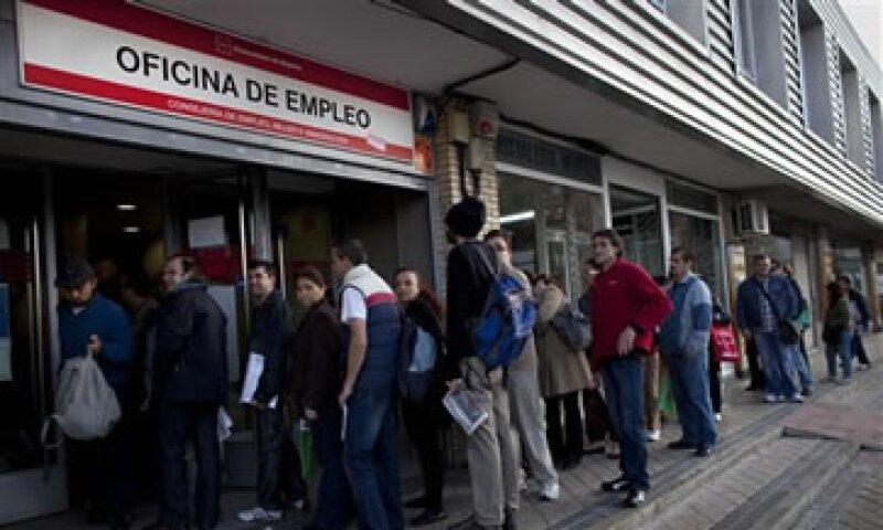 España informó que la ocupación bajó en los sectores de servicios, construcción e industria.. (Foto: AP)