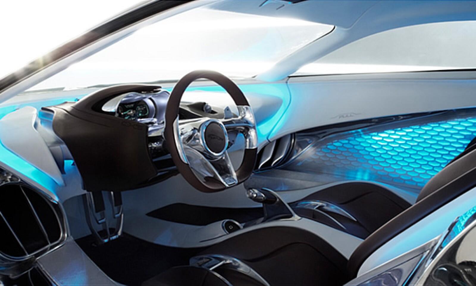 En el interior se combinan materiales de neopreno y piel fabricados a mano y dos tipos de aluminio diferentes.