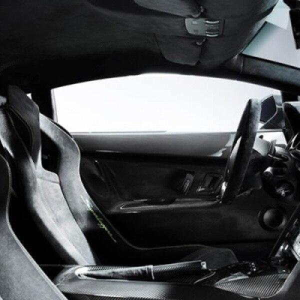 Al igual que el resto de la cabina, los asientos deportivos están revestidos en Alcántara ligero, en vez de cuero.