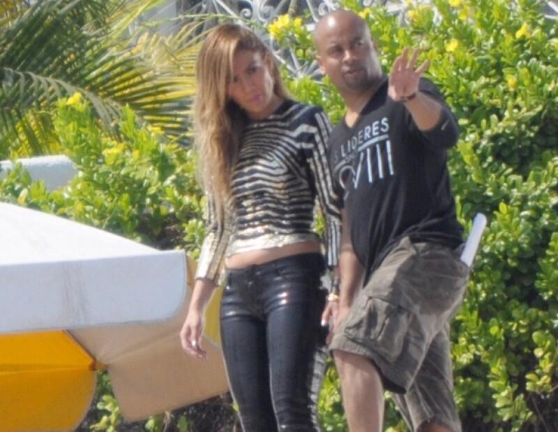La cantante y su novio Casper Smart se han mostrado muy cariñosos mientras ella graba un video en Acapulco, en compañía del dueto reggaetonero Wisin y Yandel.