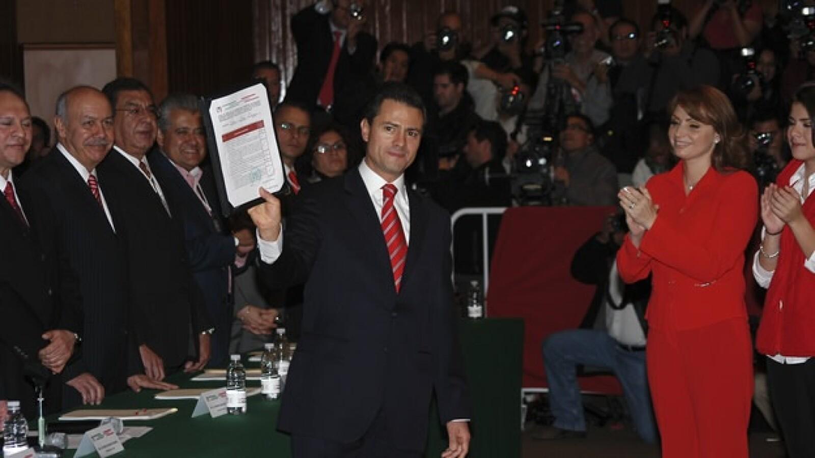 Enrique Peña Nieto se registra como precandidato del PRI a la presidencia, su contrincante es el senador Manlio Fabio Beltrones