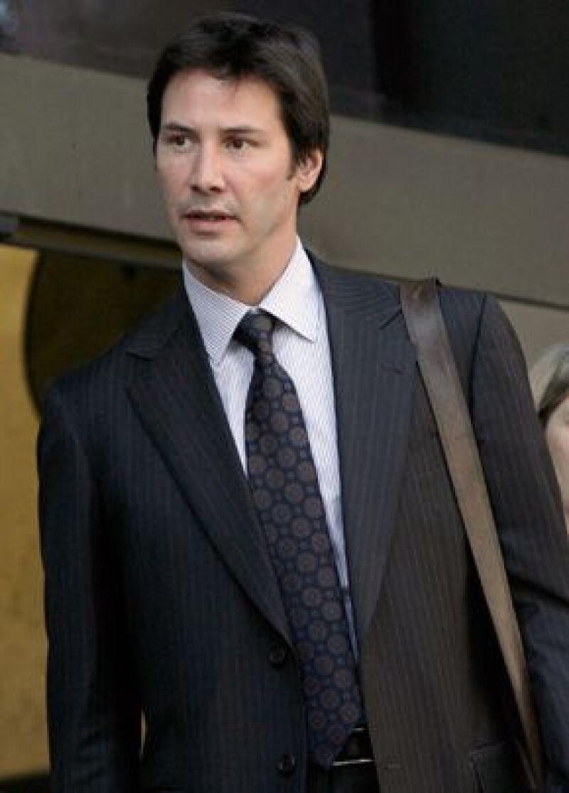 Un paparazzo brasileño que está demandando a Keanu Reeves le dijo a los jurados que no podía recordar haber dado versiones contradictorias de un incidente que involucra al actor.