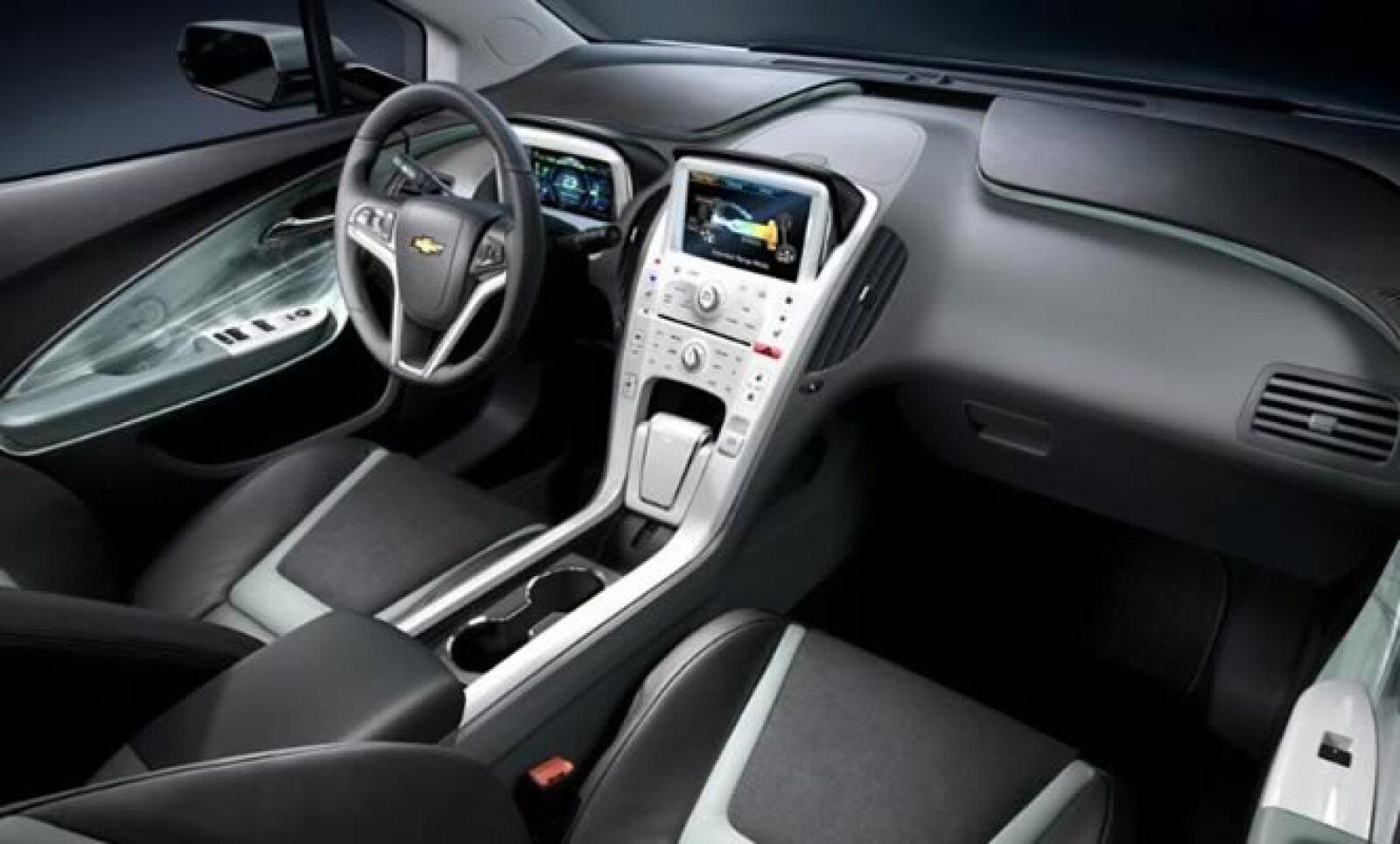 El Volt cuenta con ocho bolsas de aire y control de estabilidad electrónico StabiliTrak con control de tracción.