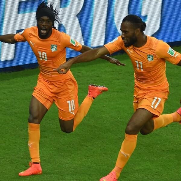 Gervinho (izquierda) y Didier Drogba celebran la remontada ante Japón