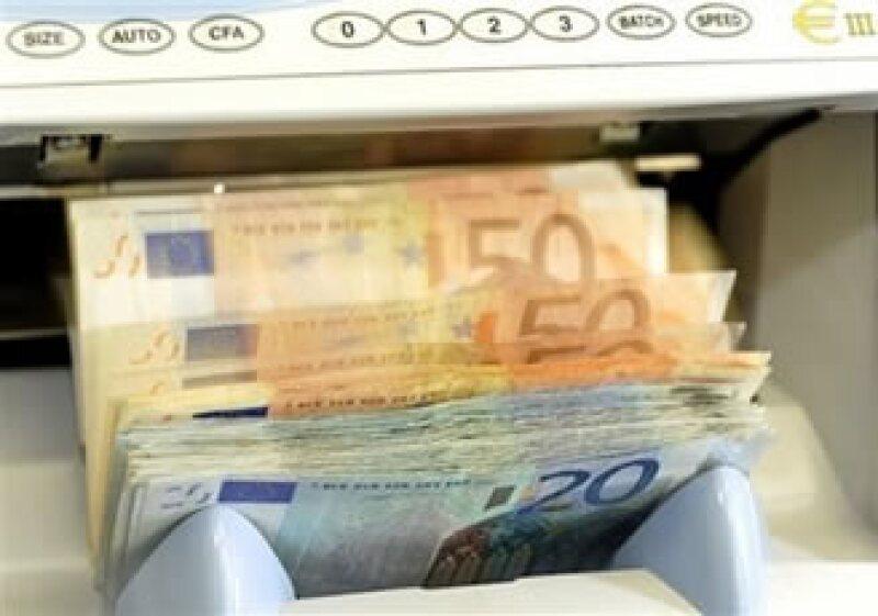 Bank of America espera que el euro caiga a 1.28 dólares año tras año, de su reciente valor de 1.36. (Foto: AP)
