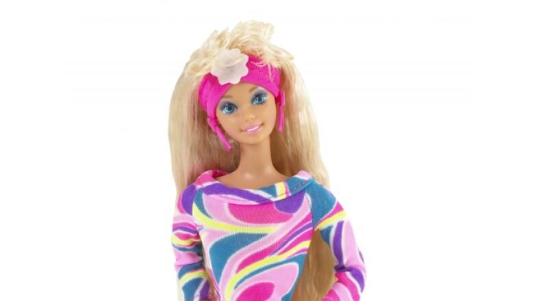 'Barbie' estrenó la década de 1990 con colores vivos y un 'look' bastante casual, además reflejó el nuevo estilo de la mujer de esa época.
