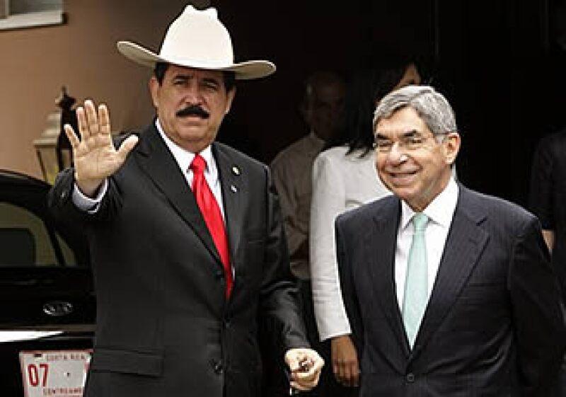 El presidente derrocado Manuel Zelaya (der.) y el presidente de Costa Rica, Oscar Arias (izq.) se reunieron para discutir el conflicto hondureño. (Foto: AP)
