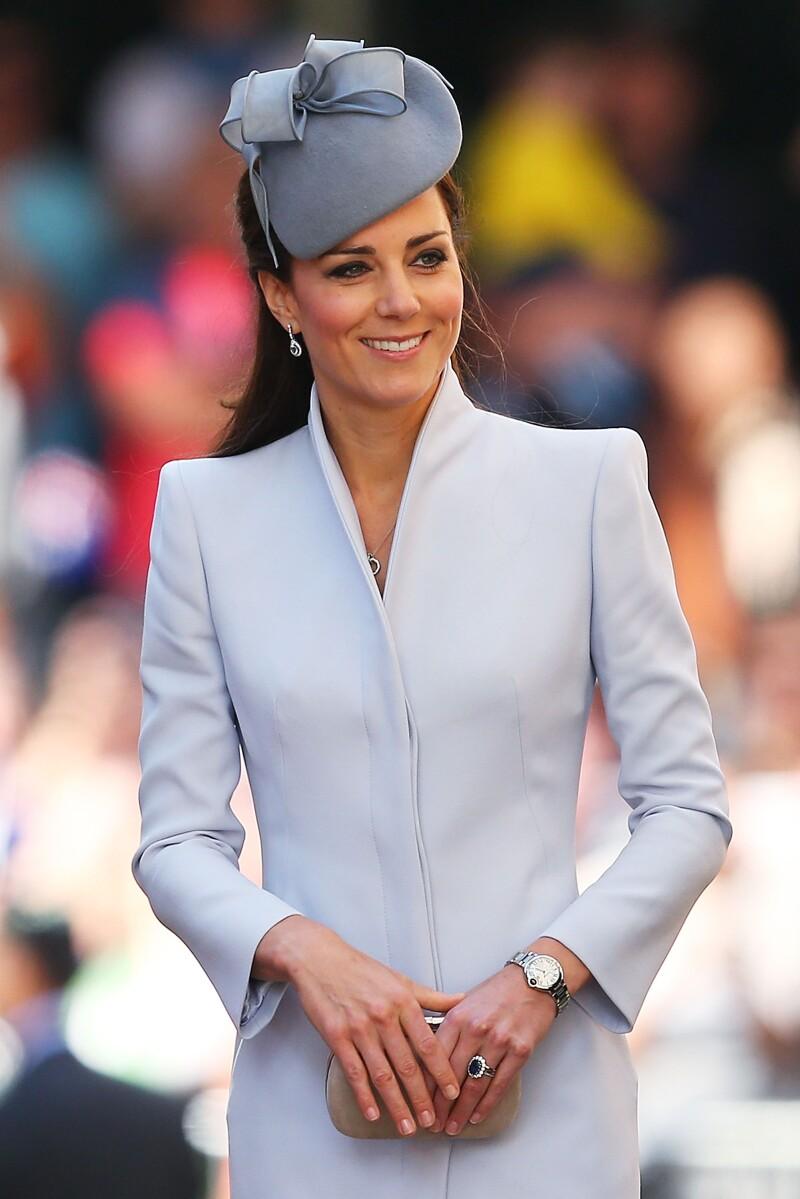Kate Middleton con clutch en la mano