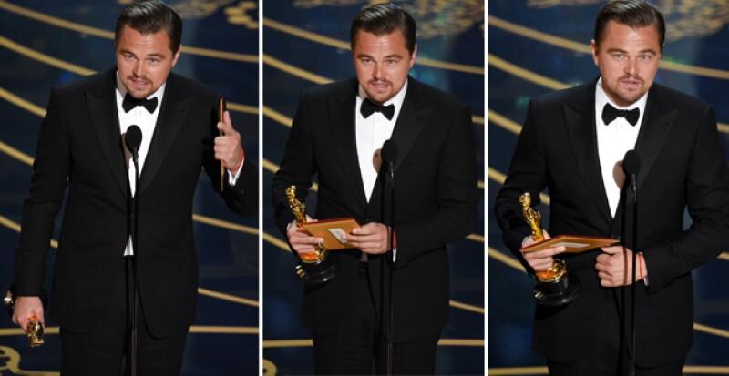 Aquí se ve cómo fue que Leo movió el sobre y para poder sostenerlo junto con la estatuila tuvo que utilizar su dedo medio de esa forma.
